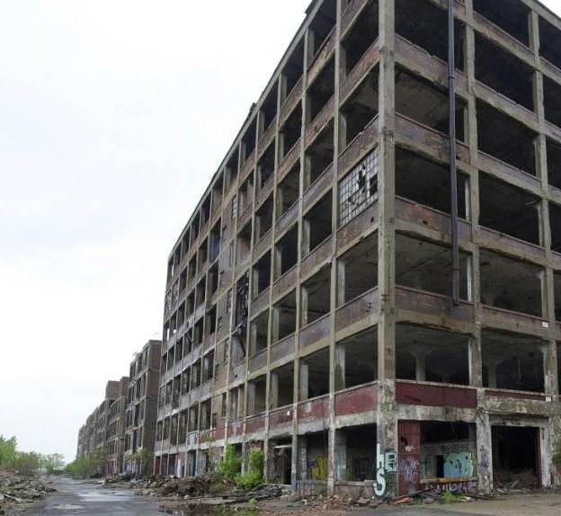 Руины завода Packard Plant находятся в Детройте, штат Мичиган. Завод впервые открылся в 1903 году и был покинут в 1958 году
